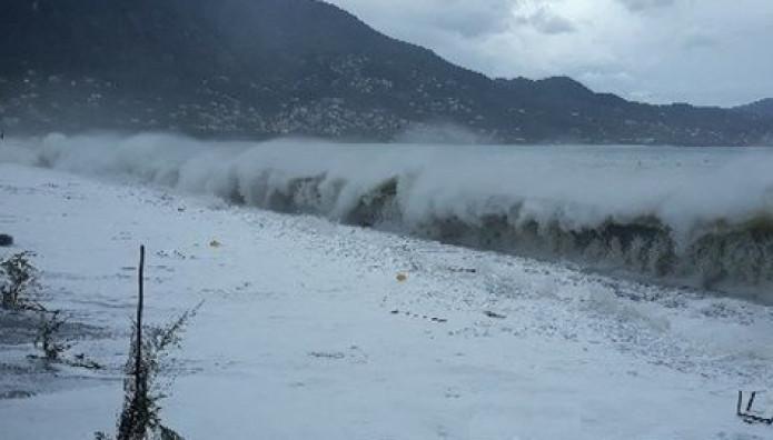 Κύματα στη Μεσσηνία λόγω του κυκλώνα Ζορμπά