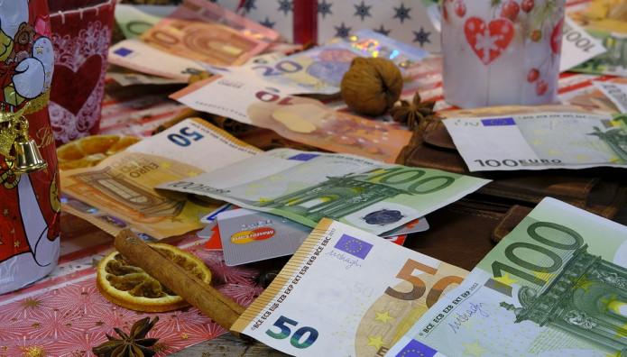 Χρήματα σε χριστουγεννιάτικο φόντο