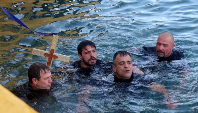 αγιασμός υδάτων κολυμβητές σταυρός