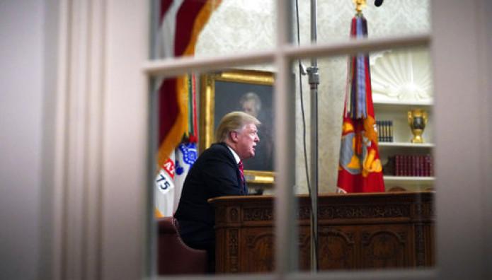 Ο Τραμπ μέσα στον Λευκό Οίκο