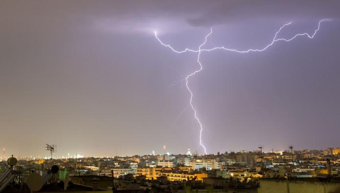 κεραυνοί κατά τη διάρκεια καταιγίδας