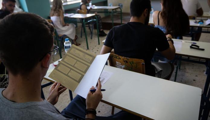 Μαθητές που εξετάζονται στις πανελλήνιες