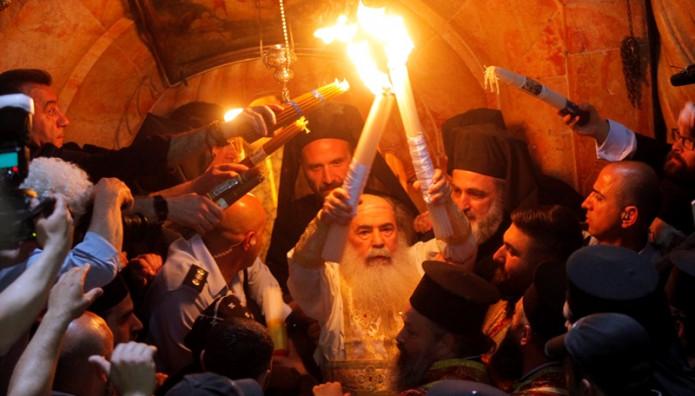 Ο Πατριάρχης Ιεροσολύμων με το Άγιο Φως