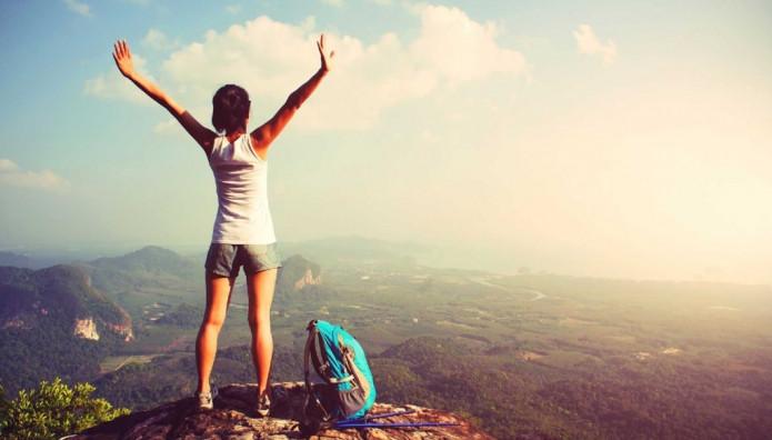 κοπέλα σε βουνό