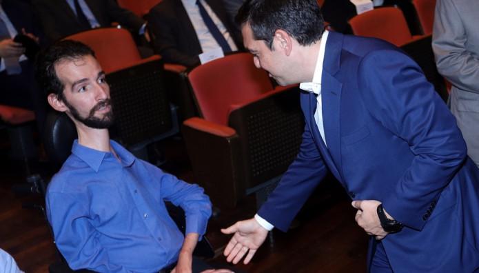 Ο Τσίπρας δίνει το χέρι του στον Κυμπουρόπουλο