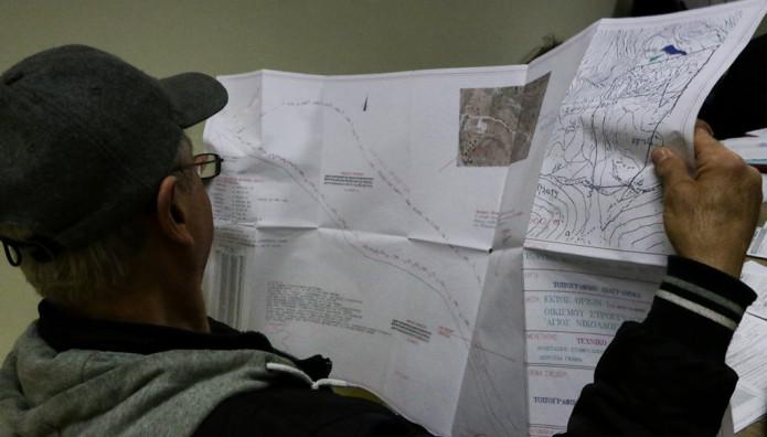 Πολίτης κοιτάζει χάρτη του Κτηματολογίου