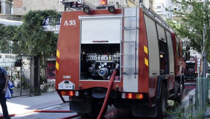 πυροσβεστική έξω από πολυκατοικία