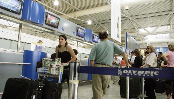 Επιβάτες πτήσης κατά τη διάρκεια ελέγχου των εισιτηρίων