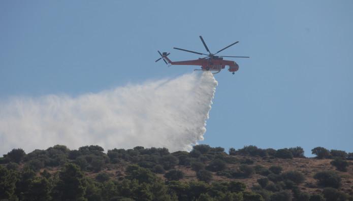 Ελικόπτερο τύπου Έρικσον κάνει ρίψεις νερού, κατά τη διάρκεια πυρκαγιάς
