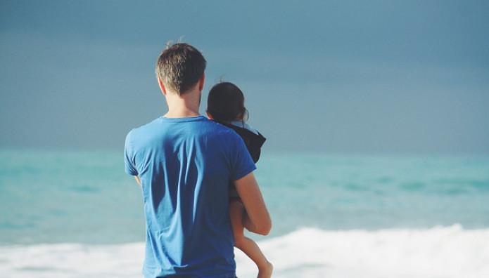 Ο μπαμπάς με το παιδί του στη θάλασσα