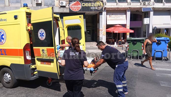 ασθενοφόρο στη Λαμία μετά το αιματηρό επεισόδιο με το ξυραφάκι