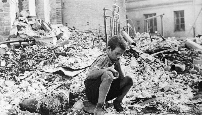 παιδί σε ερείπια στη Βαρσοβία