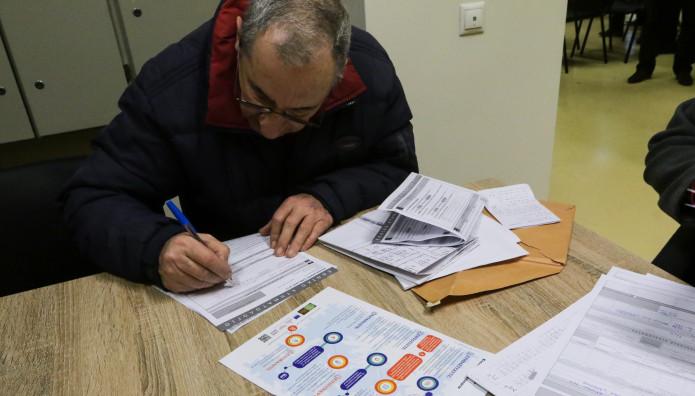 Πολίτης συμπληρώνει τη δήλωση του Κτηματολογίου