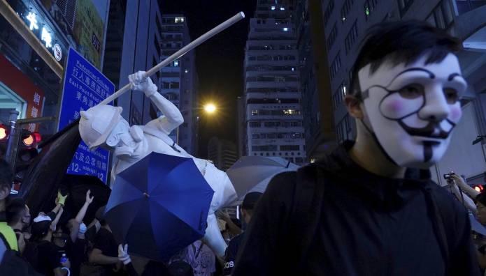 Διαδηλωτής στο Χονγκ Κονγκ φοράει μάσκα