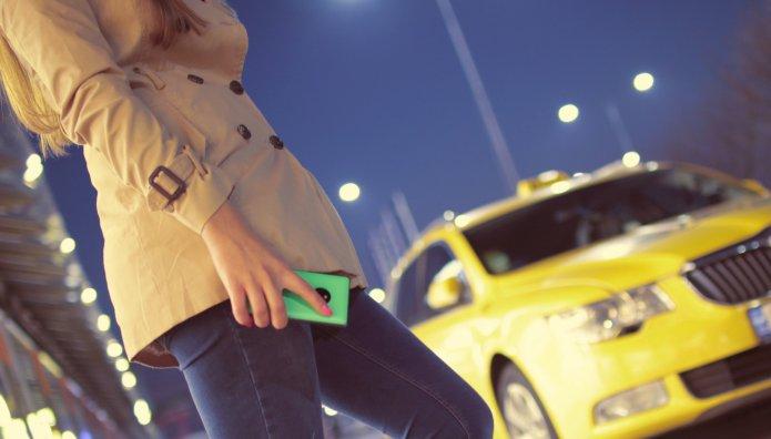 Γυναίκα περιμένει ταξί