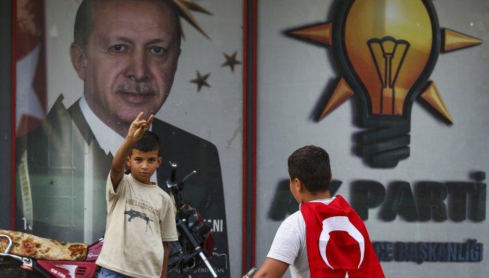 παιδάκια μπροστά από αφίσα του Ερντογάν