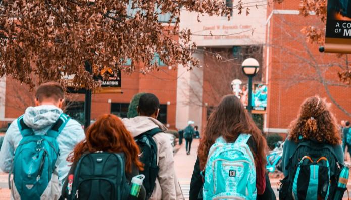 μαθητές με τις σχολικές τσάντες έξω από σχολείο