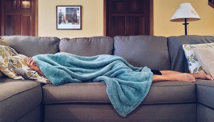 σκεπασμένος με κουβέρτα στον καναπέ