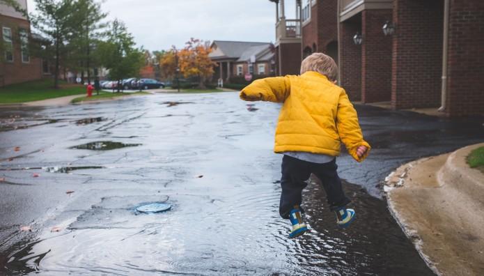 παιδάκι στη  βροχή