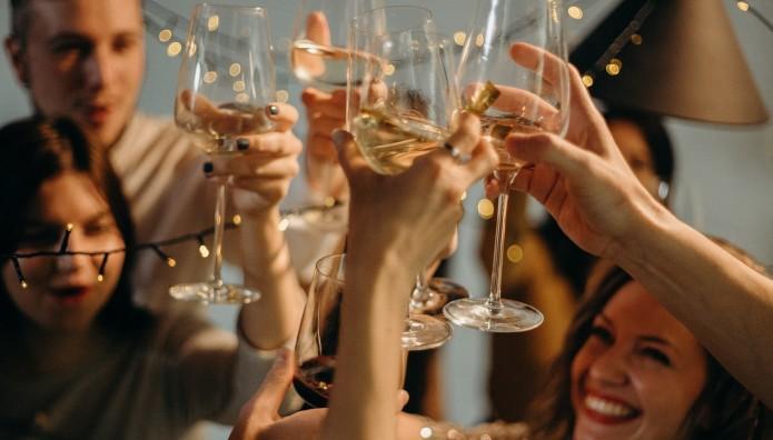 νέοι τσουγκρίζουν τα ποτήρια τους