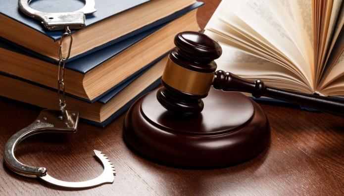 Χειροπέδες και σφυρί δικαστηρίου