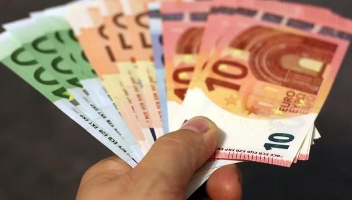 Χρήματα στο χέρι