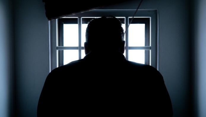 άντρας σε παράθυρο