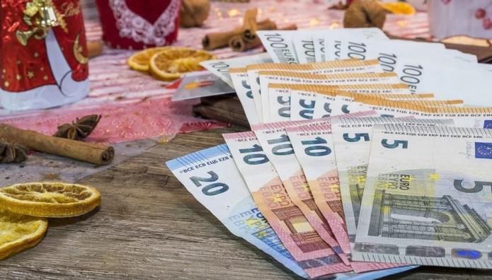 Χρήματα και χριστουγεννιάτικα στολίδια