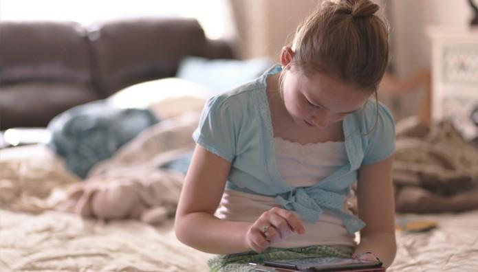 κοριτσάκι που παίζει με το tablet