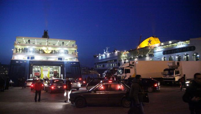 πλοίο νύχτα σε λιμάνι