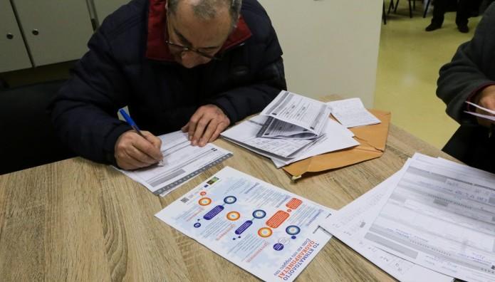 Πολίτης κάνει αίτηση στο Κτηματολόγιο