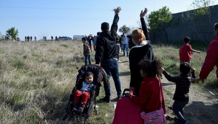 Ομάδα προσφύγων έξω από κέντρο στα Διαβατά