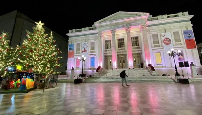 Το δημοτικό θέατρο Πειραιά στολίστηκε για τα Χριστούγεννα