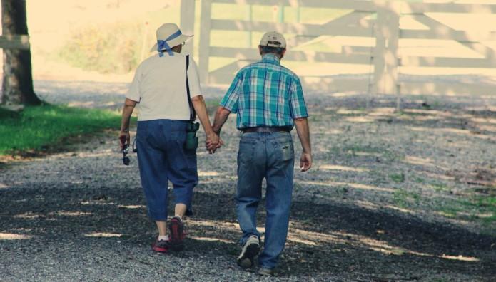 Ηλικιωμένο ζευγάρι περπατάςι χέρι χέρι