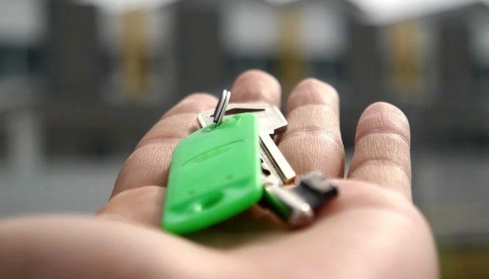 Κλειδιά σπιτιού σε χέρι
