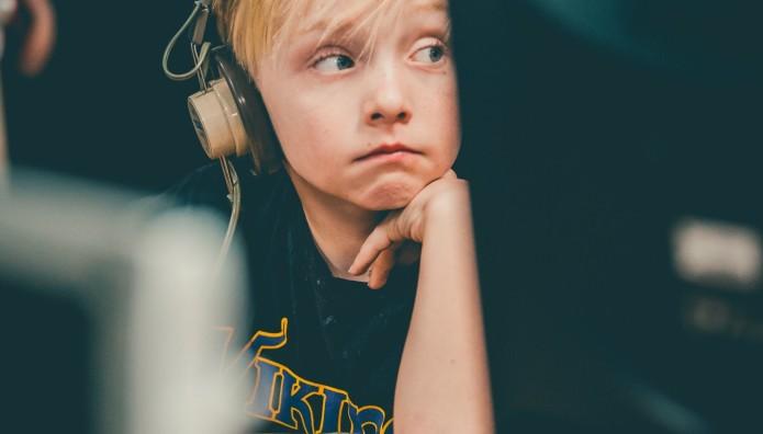 Ανήλικος σε ηλεκτρονικό υπολογιστή