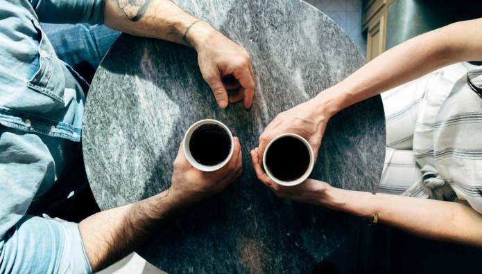 δύο άτομα που πίνουν καφέ
