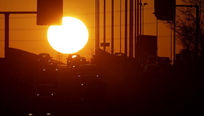 Ηλιοβασίλεμα στην κίνηση του Μιλάνου