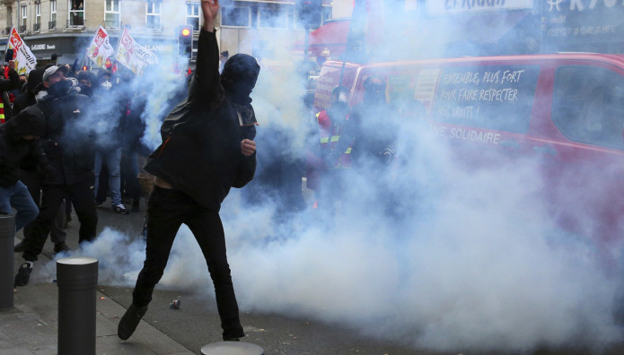 Μεγάλες διαδηλώσεις στη Γαλλία για το συνταξιοδοτικό
