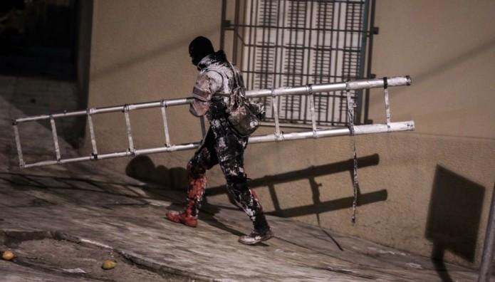 αστυνομικός βαμμένος με μπογιές Κουκάκι