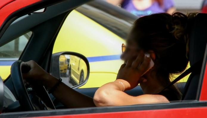 οδηγός μιλά στο κινητό