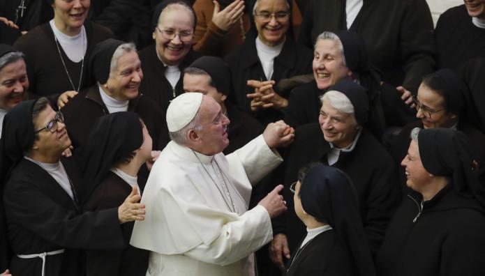 Ο Πάπας Φραγκίσκος με καθολικές καλόγριες