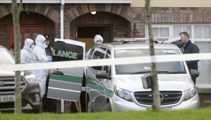 Ασθενοφόρο έξω από το σπίτι που βρέθηκαν τα τρία παιδιά στο Δουβλίνο