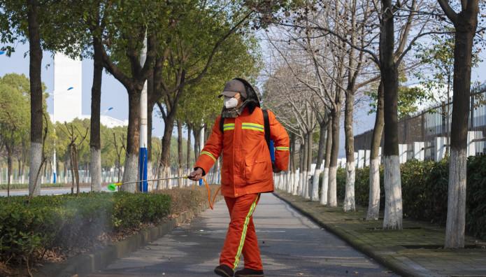 Άνθρωπος ψεκάζει τους δρόμους στην Κίνα