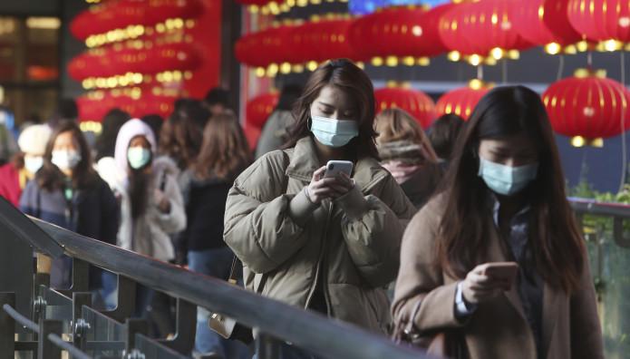 άνθρωποι με μάσκες για τον κοροναϊό