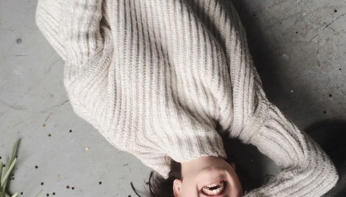 Κοπέλα με πλεκτό πουλόβερ