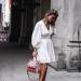 Κοπέλα με λευκό φόρεμα και τσάντα
