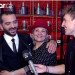 Ο Λεωνίδας Κουτσόπουλος αγκαλιά με τη μαμά του